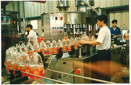 1991 第一瓶金龙鱼小包装油面世,引领了中国从散装油到小包装油的消费模式革命.jpg